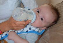 czym karmić niemowlę?